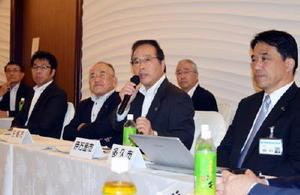 玄海原発の再稼働について意見を述べる伊万里市の塚部芳和市長(手前の右から2人目)=佐賀市のホテルマリターレ創世