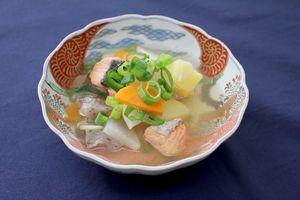 幕末明治期のなます皿に盛り付けられた三平汁。棚田米のおむすび購入者に期間限定、先着でふるまわれる