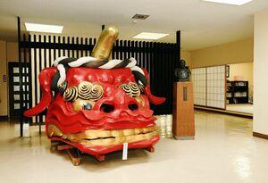 唐津市出身の学生を中心に受け入れている寮「久敬社塾」のロビー。唐津くんちの「赤獅子」の獅子頭が飾られている