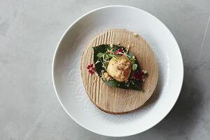 ランチで提供された竹崎カニを使った増永琉聖シェフの料理(佐賀県提供)