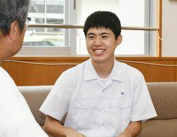 大会で念願の金賞を獲得し、笑顔を見せる高祖拓実さん=佐賀市の佐賀工業高