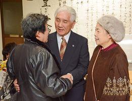 集まった支持者に感謝を伝える岸川美好さん(中央)=21日午後10時ごろ、嬉野市嬉野町下宿の事務所