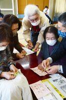 シトラスリボンの製作に挑戦する参加者ら=佐賀市の勧興公民館