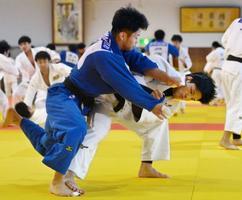 天理大で練習を公開した大野将平(右)=奈良県天理市