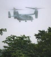 青森県の米軍三沢基地に飛来した新型輸送機オスプレイ。防衛省は11日、オスプレイの飛行再開を容認すると発表した=11日午後4時40分ごろ