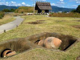復元された甕棺墓