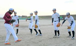 捕球してからの動作を教わる投手陣=佐賀市大和町のはなはなパーク