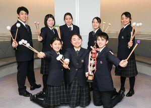 全国大会で最優秀賞に輝いた佐賀学園高のパーカッションパートの8人(提供)