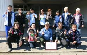 ミニバレーボール松浦町民ミニバレーボール大会優勝の藤川内チームのメンバーら