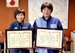 伊万里署長感謝状を受けた朝長光代さん(左)と吉永恵美子さん=伊万里署署長室