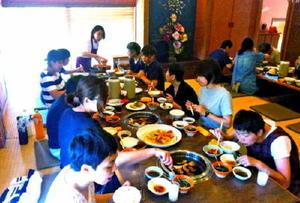 めぐみ園の園生らを招いて開かれた焼き肉ボランティア(提供写真)