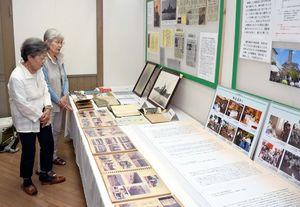 戦没者の手紙などが展示されている「戦中・戦後の遺族の生活を中心としたパネル展」=みやき町の「風の館」