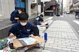 旧唐津銀行を題材に絵を描く中学生たち=唐津市