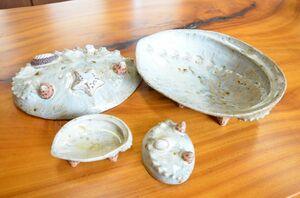 アワビ鉢(右奥)、アワビ中皿(左奥)。手前はアワビのしょう油皿