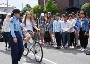 自転車の交通ルールを学ぶ留学生=鳥栖市の弘堂国際学園