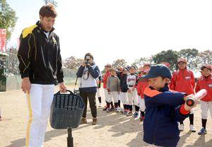 柳田悠岐外野手からバッティングの指導をうける子どもたち=みやき町の中原公園野球場