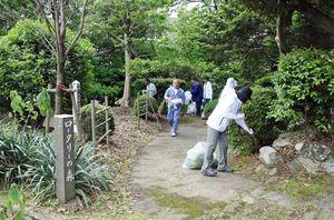ロータリーの森一帯の落ち葉を取り除く会員=小城市の小城公園