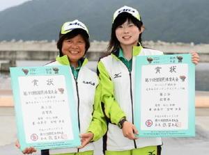 セーリング成年女子セーリングスピリッツ級で3位入賞した重由美子(左)・宮﨑歩美ペア=岩手県のリアスハーバー宮古