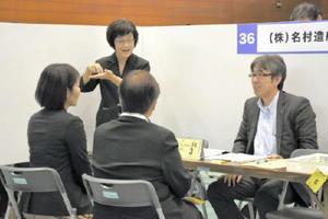 必要に応じて手話通訳を介した面接を行った障害者就職面接会=佐賀市の県総合体育館