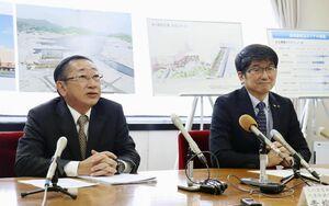 記者会見するJR九州の青柳俊彦社長(左)と長崎市の田上富久市長=12日、長崎市役所