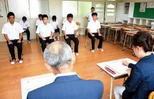 真剣な表情で模擬面接に臨む生徒たち=鹿島市の鹿島実業高校