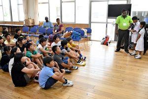 スリランカ人の子ども親善大使(右)発表を熱心に聞く子どもたち=佐賀市の北川副小