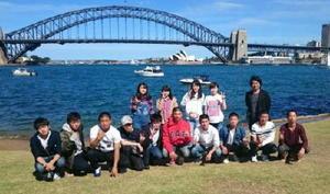 オーストラリア・シドニーのシンボル、ハーバーブリッジとオペラハウスを背景にパシャリ