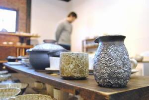 花などの文様を施した三島手の食器など、約300点を並べている綿島さんの個展会場=佐賀市大和町松瀬の湛然の里ぎゃらり「せせらぎ」