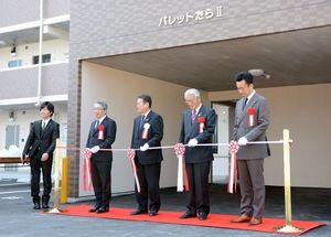 テープカットを行った岩島正昭町長(中央)や事業会社の中島雅人代表取締役(左から2番目)