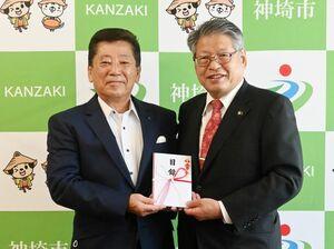 目録を手渡す佐賀東信用組合の芹田泉理事長(左)と松本茂幸神埼市長=神埼市役所