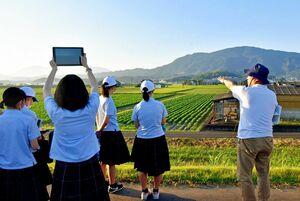 昨年8月の佐賀豪雨の被害などについて大串浩一郎教授(右)から説明を受ける生徒=大町町福母の大町橋付近