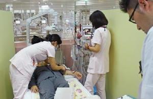 寝ている間を利用して体への負荷が少ない長時間透析をする「オーバーナイト透析」のベッド。翌朝の寝覚めが良く、社会復帰を果たす患者も多い=伊万里市の前田病院