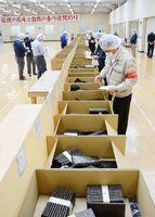 県産ノリの今季最後の入札会。販売枚数、額とも15季連続日本一の達成が濃厚になった=佐賀市の佐賀海苔共販センター