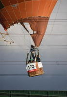 鉄道架線に接触し、球皮が引っかかって動けなくなった気球