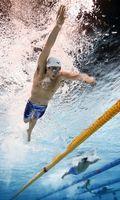 男子400メートル自由形決勝 3分47秒10で初優勝した吉田啓祐(上)=東京辰巳国際水泳場