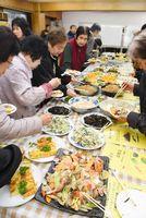 呼子風アクアパッツア(手前)など魚を使った料理が並んだ魚食の祭典in呼子=唐津市呼子町の呼子公民館
