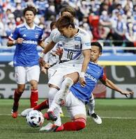 横浜M―G大阪 前半、先制ゴールを決めるG大阪・倉田(手前)=日産スタジアム