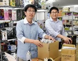 ビルの一室に本社兼作業所を構える吉村鑑さん(左)。右はセミナー講師を務める熊谷朋柔さん=糸島市前原中央の「シンプルトレーディング」