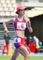 陸上女子5000メートル競歩決勝 しっかりと腕を振ってピッチを刻む伊万里実の野口ののか=大分市の昭和電工ドーム大分
