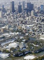 名古屋城(手前)と名古屋駅周辺のビル群(奥)