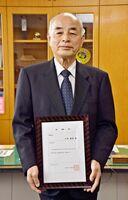 地域交通安全活動推進委員の委嘱状を受け取った古賀義治さん=神埼市の神埼署