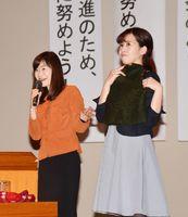 身近にできるエコ活動について説明する林さん(左)=佐賀市文化会館