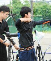 男子予選ラウンド 個人で5位と奮闘し、団体2位の原動力となった高志館の川﨑陽太(右)=佐賀市の高志館高