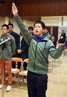 結団式で選手宣誓する片渕弘規選手=杵島郡の大町町公民館
