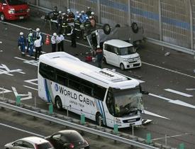 滋賀で車列に観光バス、女性死亡