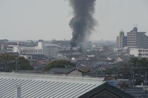 黒煙を上げて燃える建物=2日午前10時ごろ、佐賀市本庄町本庄