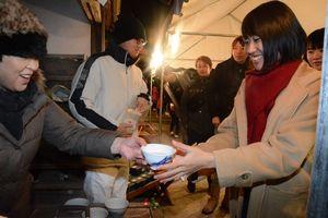 振る舞われた郷土料理「雪の汁」を受け取る参拝客=有田町大樽の陶山神社