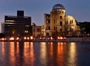 被爆から76年の「原爆の日」を前に、原爆ドーム前の元安川でともされたかがり火=5日夜、広島市