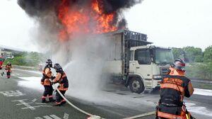 廃タイヤなどが燃えたトラック=鳥栖市永吉町の九州自動車道(佐賀県警高速隊提供)