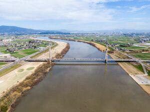 筑後川に幾何学模様を映す天建寺橋=三養基郡みやき町(小型無人機ドローンで撮影)